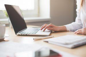 Czym zajmuje się dział kadr i płac w firmie?